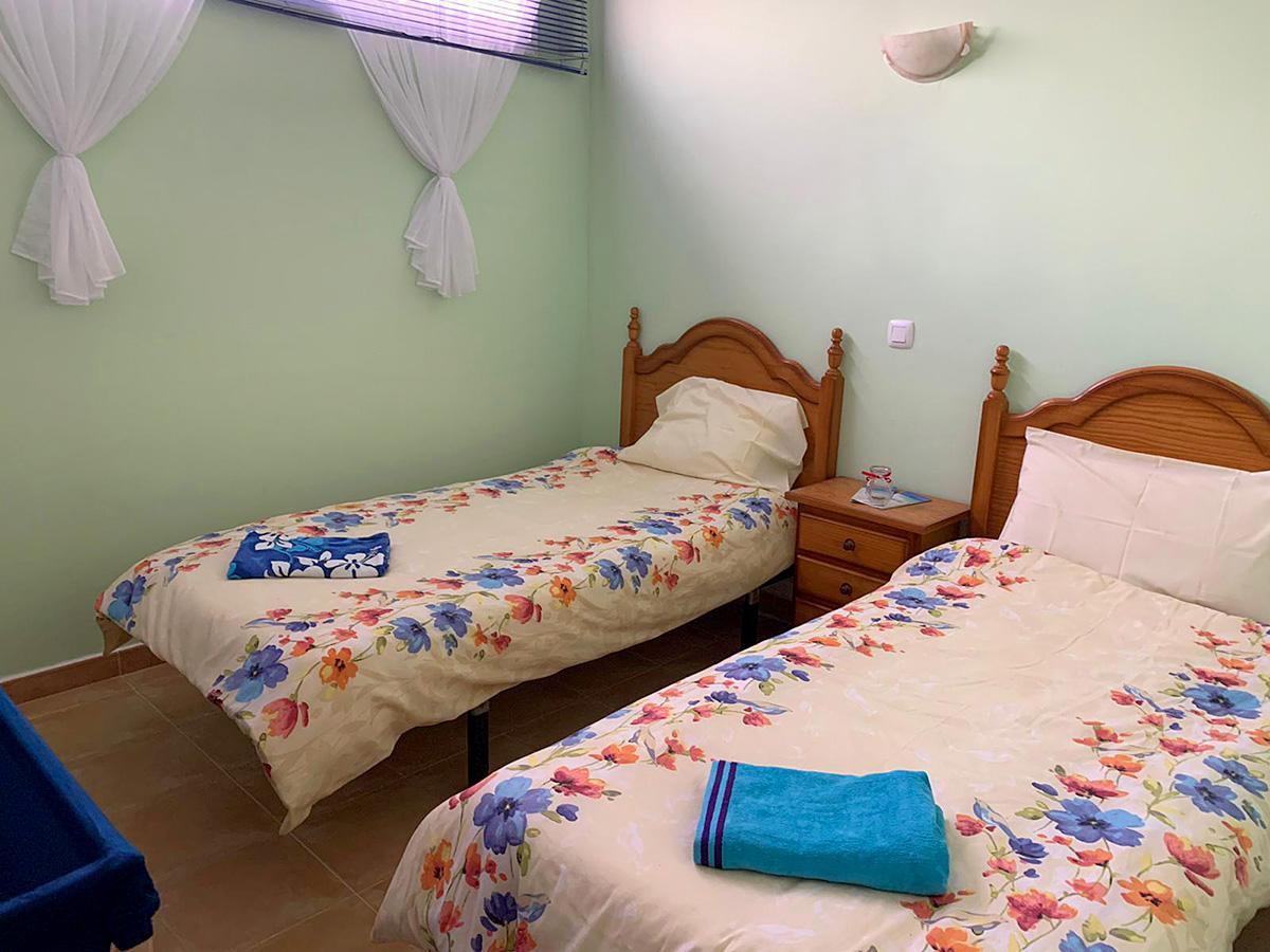 double single bed bedroom
